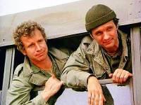"""Jsou na obrázku č.2 kolegové – vojenští chirurgové z mobilní armádní chirurgické nemocnice v Korei (v období korejské války) kpt. John """"Trapper"""" McIntyre (vlevo) a kpt. Benjamin """"Hawkeye"""" Pierce (vpravo) ze seriálu """"M*A*S*H""""? (náhled)"""