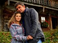 """Jsou na obrázku č.4 lékař a horský záchranář MUDr. Martin Gruber a jeho dcera Lilly Gruberová ze seriálu """"Doktor z hor: Nové příběhy""""? (náhled)"""