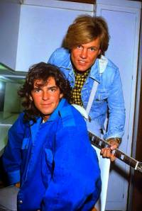 Z fotografie č.24 se dívá pěvecké duo: (náhled)