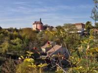 Poznáte vesničku na obrázku, jedná se o místo, kde zakotvila sestra ještě slavnější sestry :o) (náhled)
